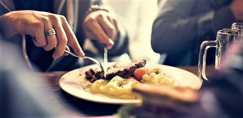 dışarıda yemek yemek